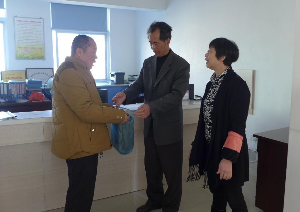 东城街道北龙社区寒冬送棉被 温暖贫困户