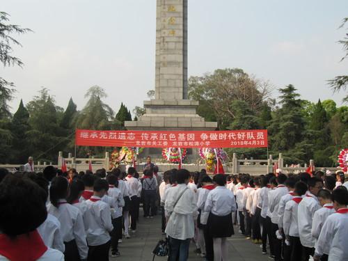 龙岩市关工委组织少先队员祭扫革命烈士陵园