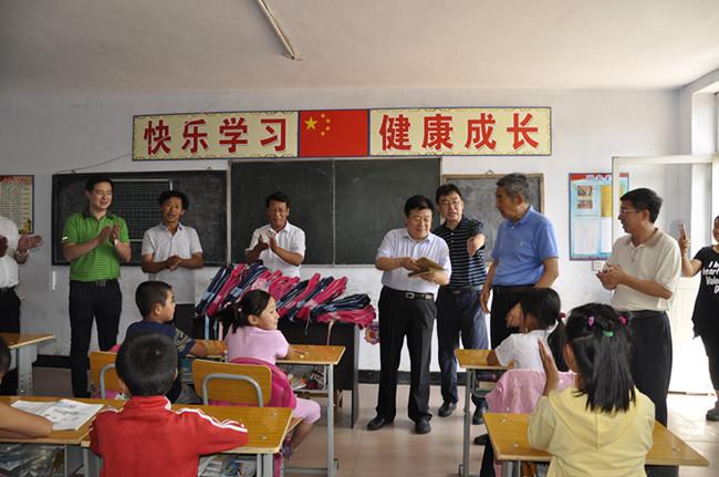 河北省关工委常务副主任张增良到隆化县走访慰问教师和贫困学生
