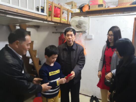 漳州:龙海市关工委关爱员新春慰问特困生