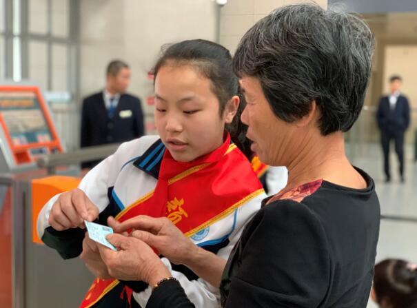 """""""奶奶,让我来帮您""""――漳州市高铁站里活跃着一群小志愿者"""