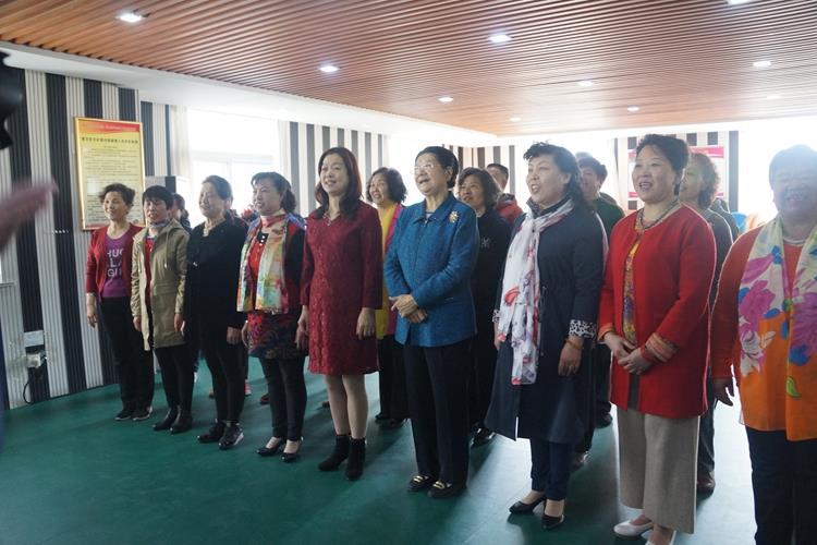 顾秀莲在金都社区与五老志愿者合唱《革命人永远是年轻》.jpg