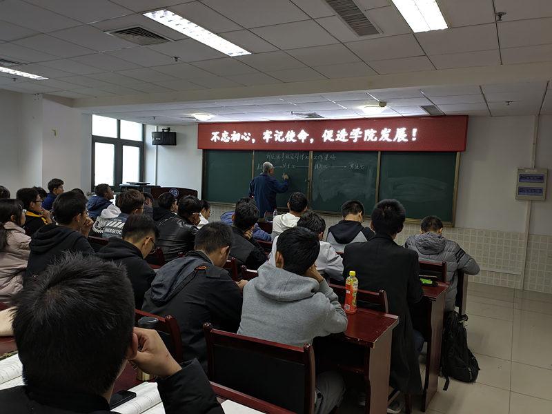 东北大学秦皇岛分校关工委主任张宗祥为新生班委作专题讲座