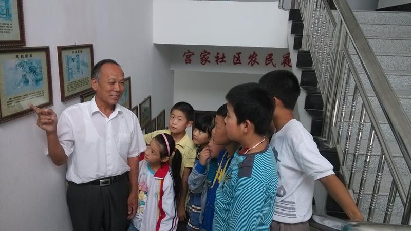 五老志愿者张建林给孩子们讲二十四孝故事.jpg