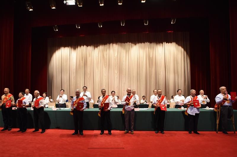 """2017年9月29日,省关工委举行成立25周年表彰大会,刘绍堂被授予全省最美""""五老""""荣誉称号。图右一为刘绍堂。(1).jpg"""