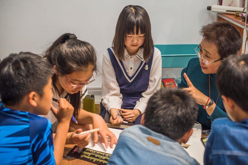 孙晓峰和少年儿童公益读书班的孩子们在一起.jpg