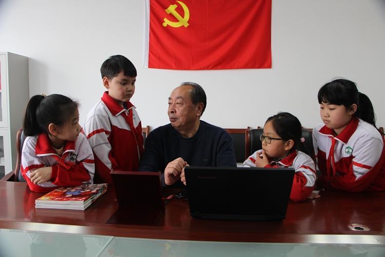 """""""学习强国""""平台  """"五老""""志愿者的好帮手、好助手"""