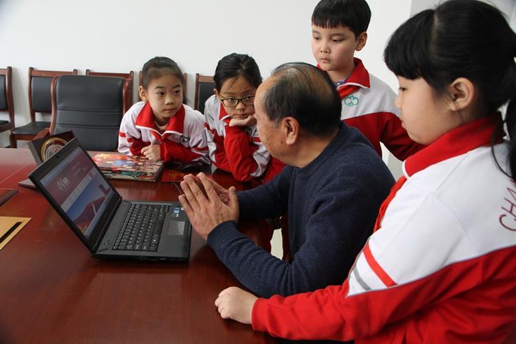 """昌邑市""""五老""""志愿者利用""""学习强国""""平台开展关爱教育 (3).JPG"""