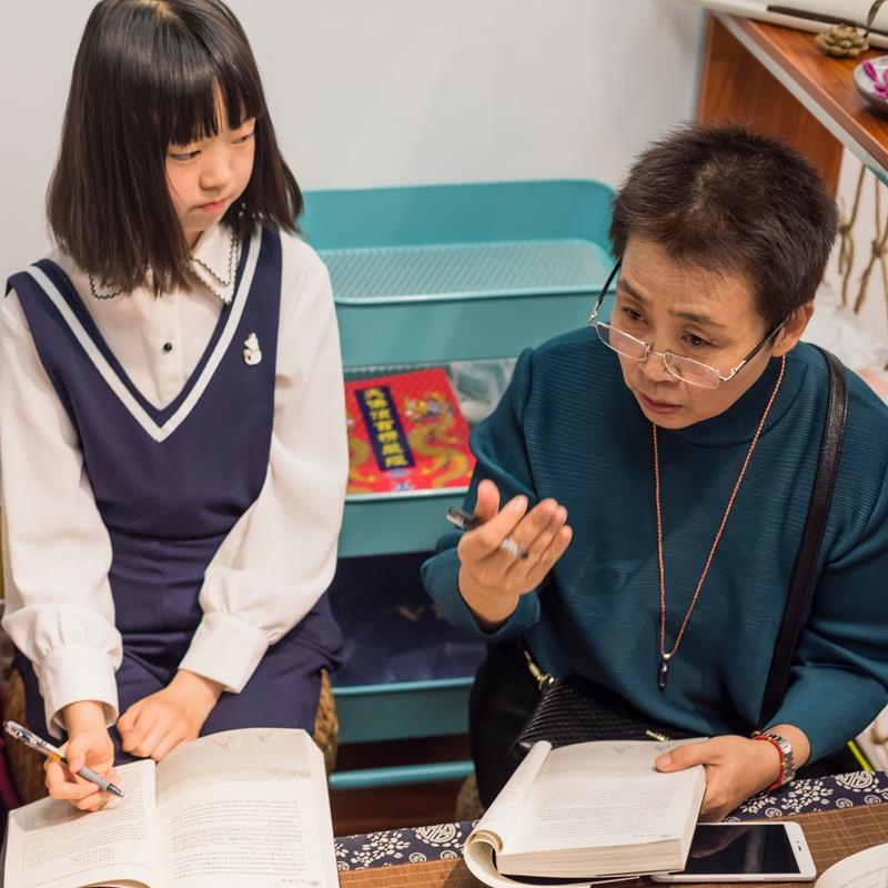 孙晓峰在指导孩子读书.jpg