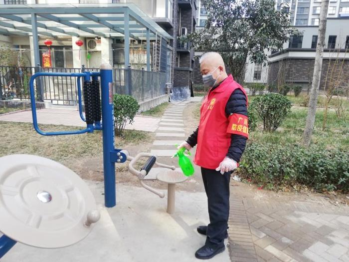 德州市德城区大关东社区五老志愿者赵文财为小区公共区域消毒.jpg